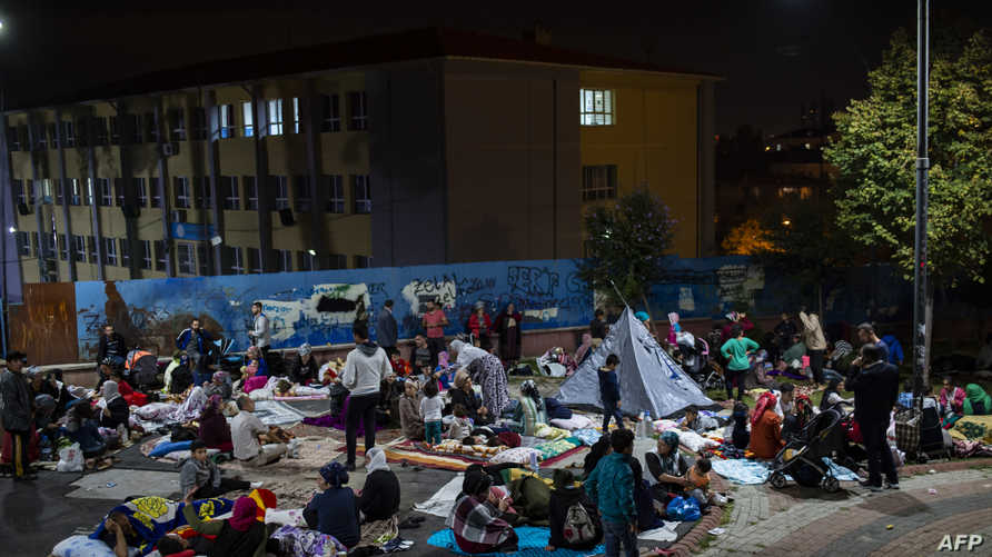 أشخاص ينامون في شوراع إسطنبول بعد الزلزال