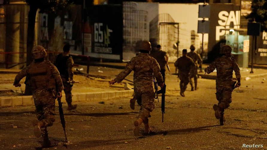 عناصر من الجيش اللبناني أثناء اشتباكات بين أنصار حزب الله وحركة أمل والمتظاهرين