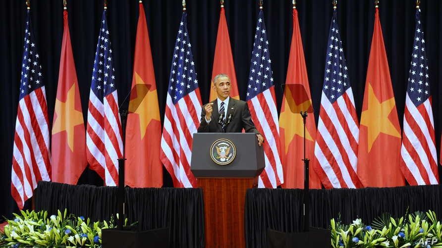 أوباما خلال إلقاء كلمته في مركز المؤتمرات الوطني في العاصمة الفيتنامية هانوي