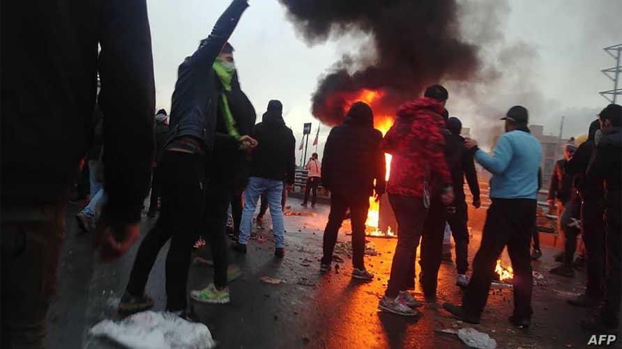 تظاهرات في إيران ضد قرار رفع اسعار البنزين، وخامنئي يؤيد القرار رغم غضب الشارع