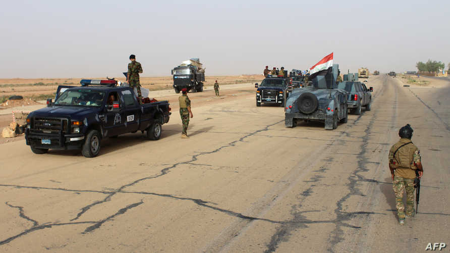 قوات عراقية على الطريق الدولي في الرمادي.