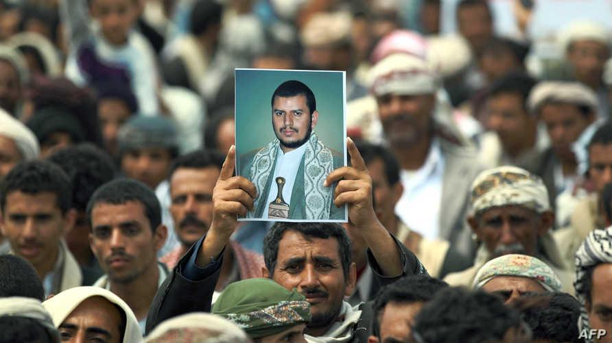 صورة زعيم الحوثيين عبد الملك الحوثي في تظاهرة في صنعاء