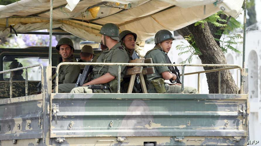 شاحنة عسكرية تقل تقل عناصر في الجيش التونسي- أرشيف
