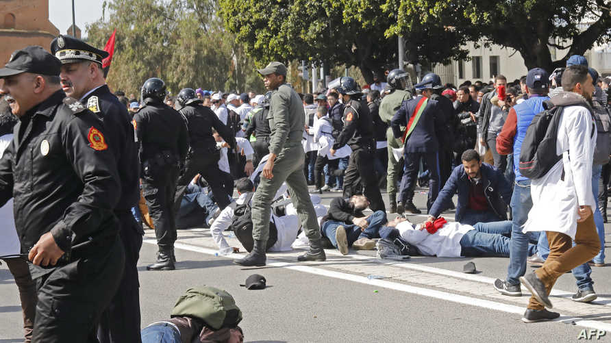 أثناء تدخل الشرطة لتفريق الأساتذة المتعاقدين المحتجين