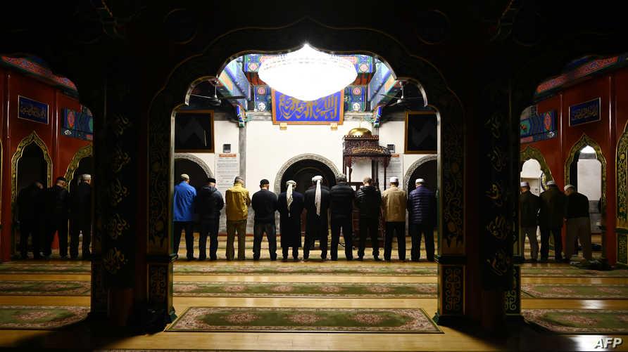 مسلمون صينون يصلون في جامع ببكين
