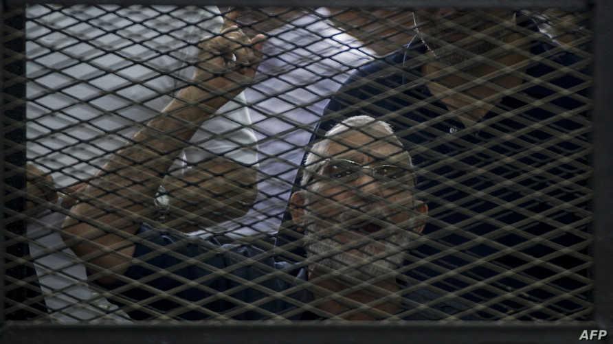 المرشد العام لجماعة الإخوان المسلمين محمد بديع من قفص الاتهام خلال محاكمته في القاهرة