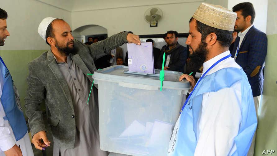 ناخب أفغاني يدلي بصوته في الانتخابات التشريعية