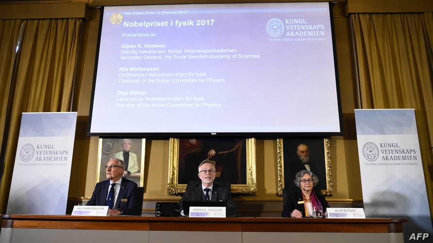 أعضاء لجنة نوبل للفيزياء أثناء إعلان أسماء الفائزين هذا العام