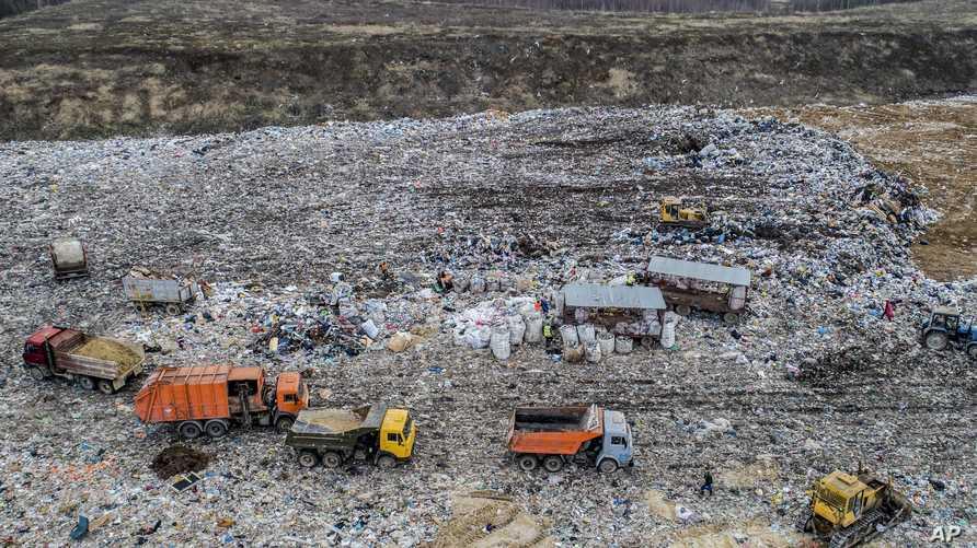 """شاحنات القمامة ترمي حمولتها في مكب """"فولوفيتشي"""" بالقرب من كولومنا الروسية في أبريل 2018"""