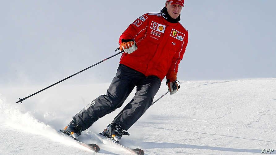 بطل العالم لسباقات فورمولا واحد مايكل شوماخر خلال ممارسته رياضة التزلج