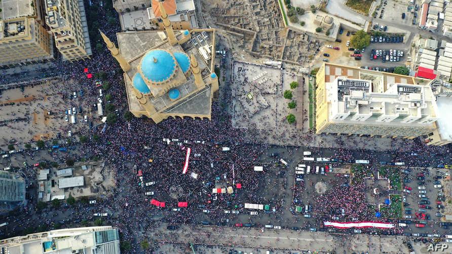 منظر لجزء من مظاهرات احتشد فيها اللبنانيون في الشوارع ضد الفساد