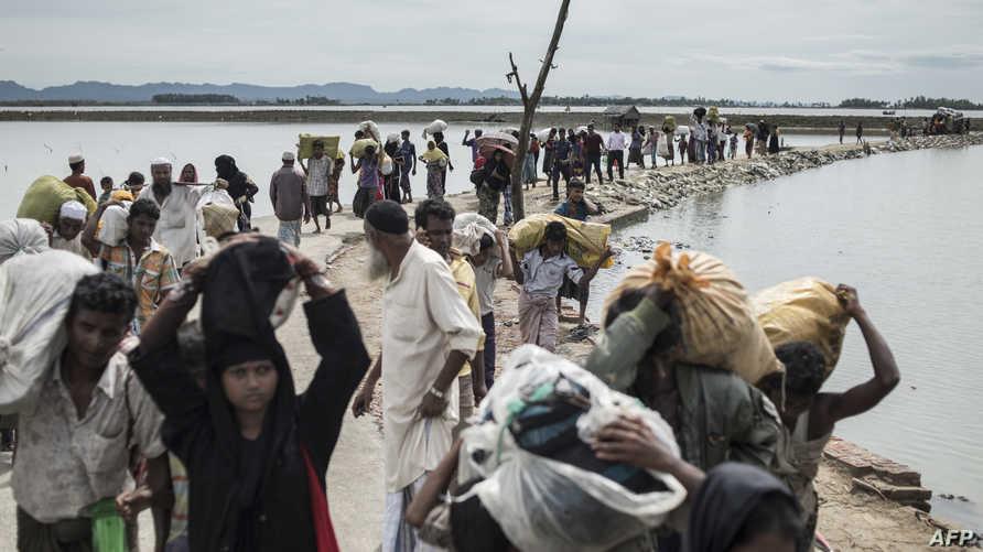 نازحون من الروهينغا في طريقهم إلى مخيم للاجئين في بنغلادش