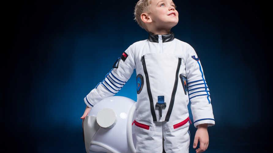 طفل يلبس زي رائد الفضاء. تعبيرية
