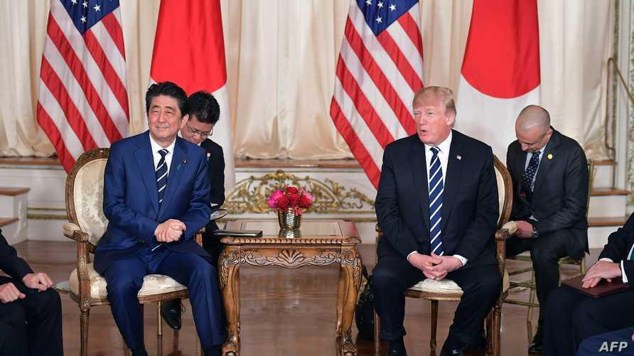 الرئيس دونالد ترامب خلال استقباله رئيس الوزراء الياباني شينزو آبي