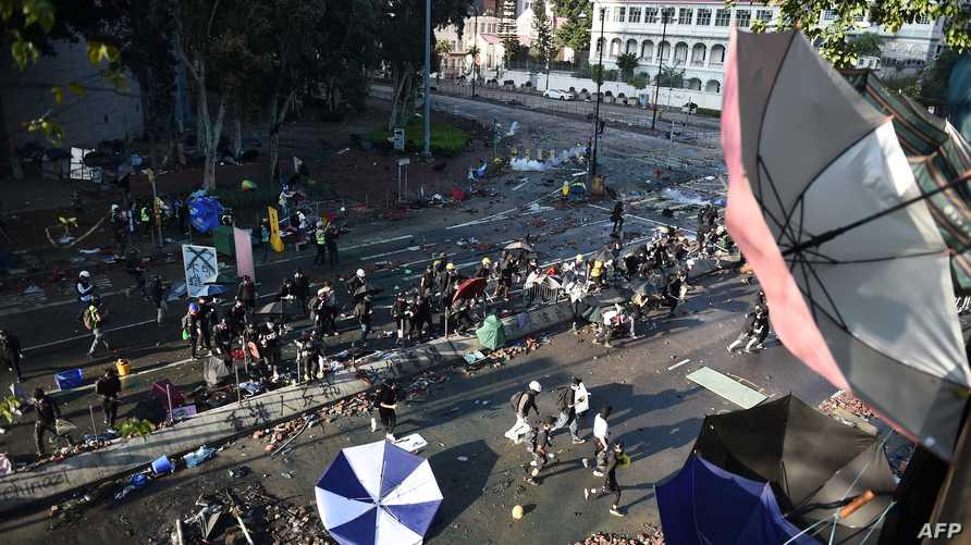 الشرطة استخدمت القوة لتفريق تظاهرات هونغ كونغ الأحد وهددت باستخدام الرصاص الحي
