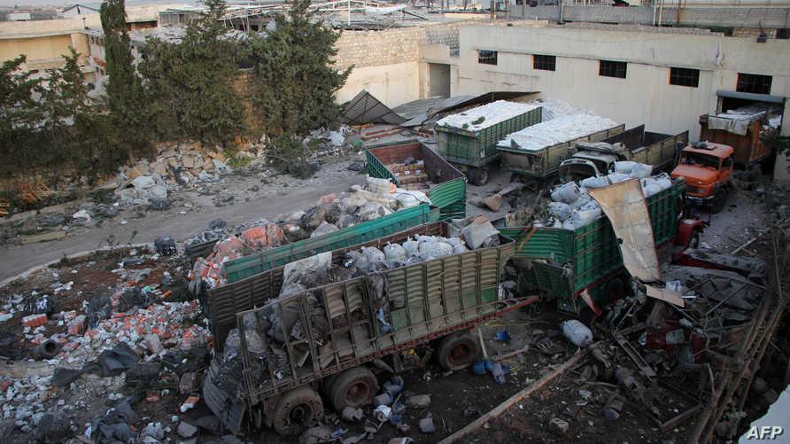 المساعدات الإنسانية مبعثرة على الأرض في موقع قصف القافلة في بلدة اورم الكبرى
