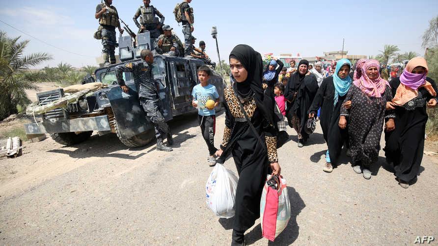 أسرة فرت من الفلوجة تقترب من قرية السجر في محافظة الأنبار