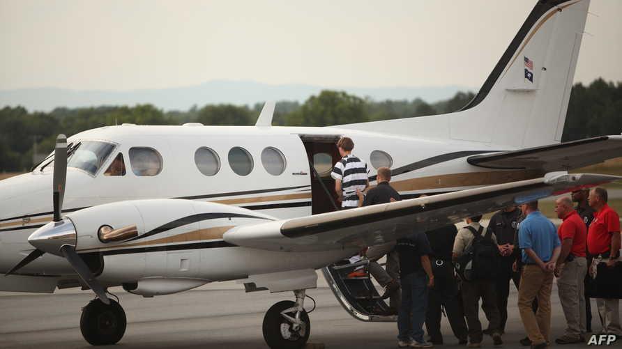 ديلان روف يصعد إلى الطائرة التي نقلته إلى تشارلستون
