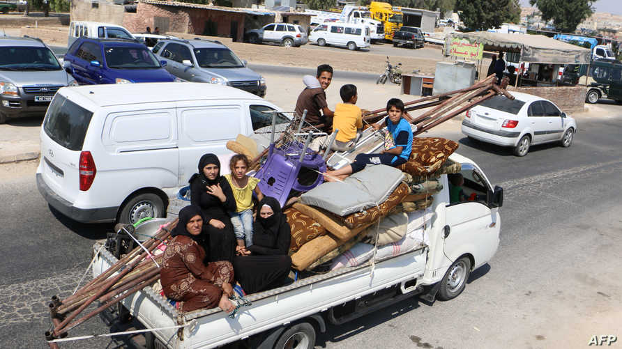 نازحون من إدلب يقتربون من مخيم للاجئين في شمال المحافظة