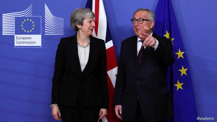 رئيس المفوضية الأوروبية جان كلود يونكر ورئيسة الوزراء البريطانية تيريزا ماي