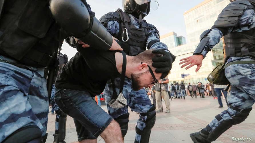 الشرطة الروسية تعاملت بعنف مع المتظاهرين.