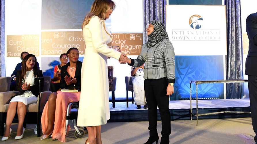 فادية نجيب خلال تسلمها الجائزة من السيدة الأولى ميلانيا ترامب