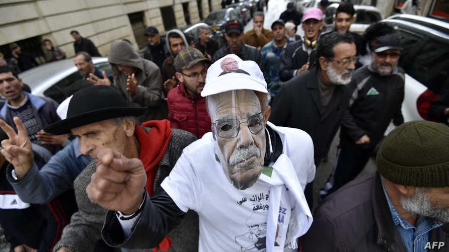 جزائريون يطالبون بإطلاق سراح المتظاهرين ضد الحكومة، الاثنين 18 نوفمبر 2019