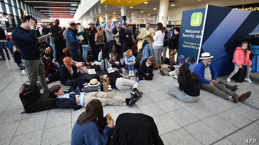 مسافرون يفترشون الأرض في مطار غاتويك بعد الغاء رحلاتهم