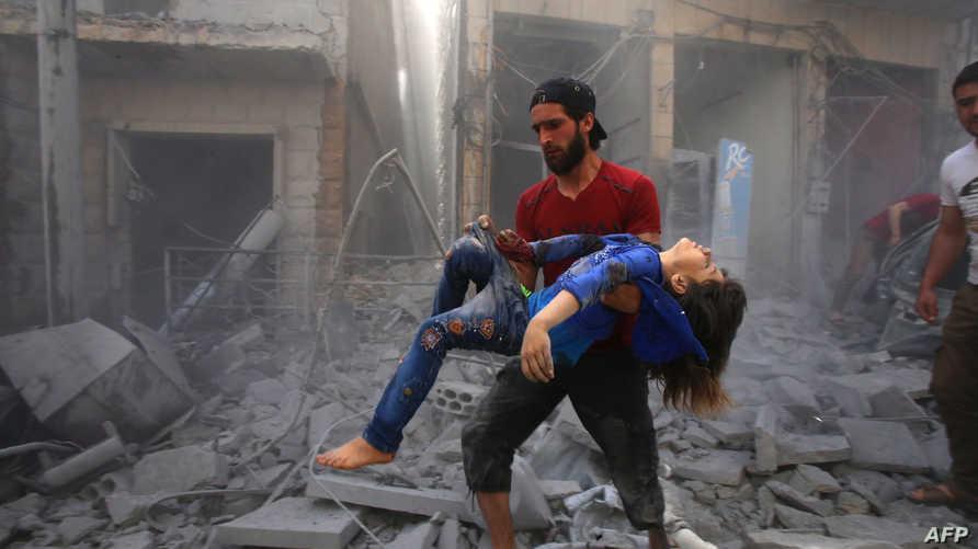 ينقذ أحد جرحى قصف الطيران الروسي أو طيران النظام السوري في معرة النعمان في ريف إدلب