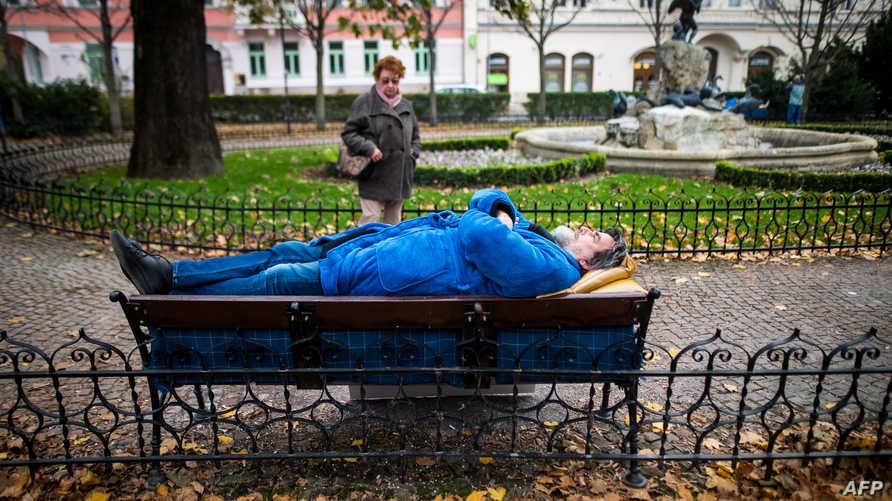 شخص يغط في النوم في حديقة عامة. تعبيرية - أرشيفية