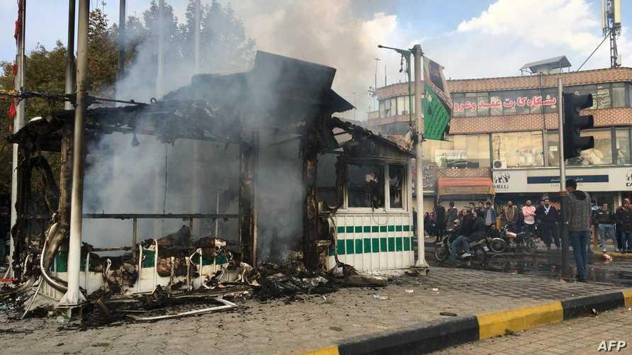 المحتجون يحرقون محطة شرطة في مدينة أصفهان