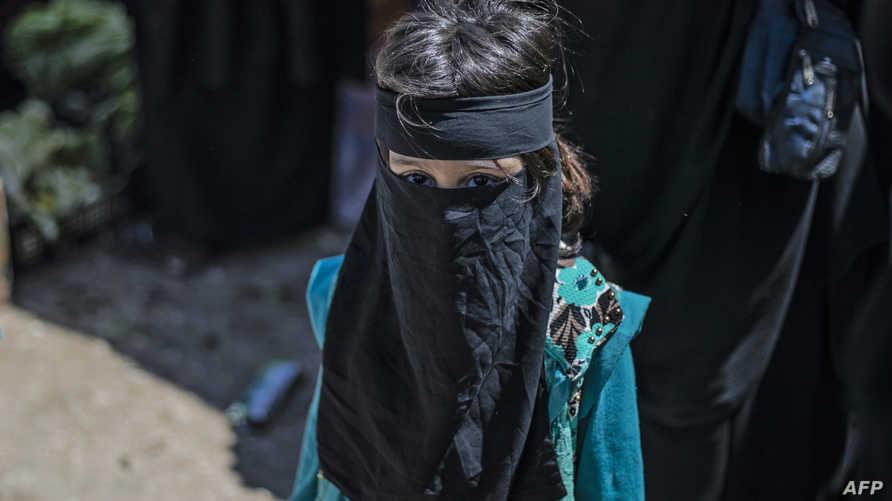 """طفلة في مخيم الهول الذي يضم الآلاف من زوجات وأبناء وعائلات مقاتلي """"داعش"""""""