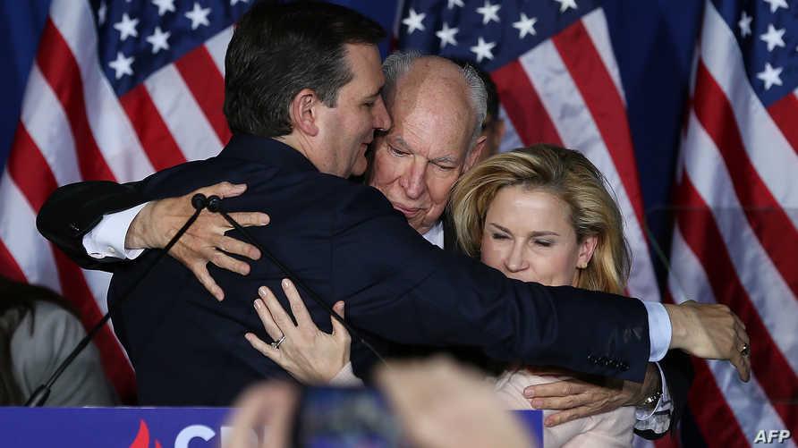 تيد كروز يعانق عائلته بعد إعلان انسحابه من انتخابات الرئاسة الأميركية