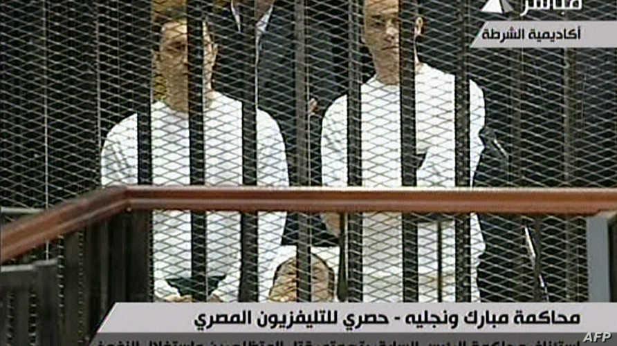 جمال مبارك(يمين)وشقيقيه علاء أثناء محاكمتهما