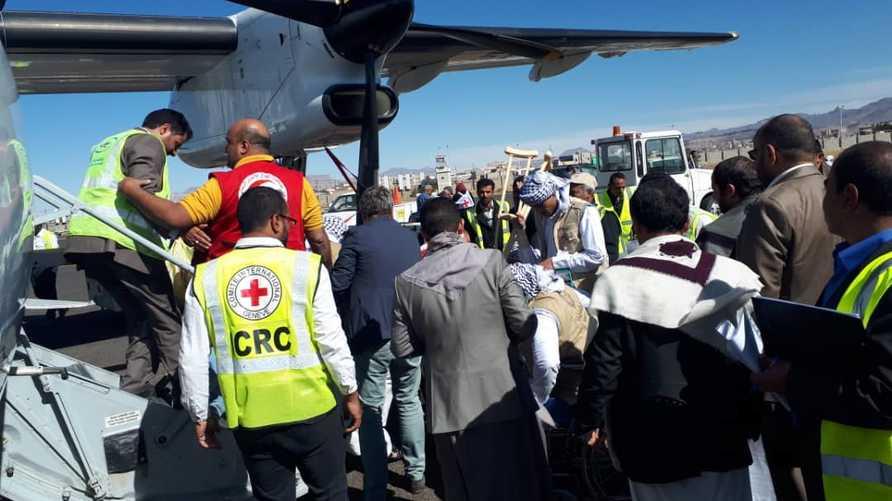 الصليب الأحمر سينقل 128 سجينا حوثيا من السعودية لليمن
