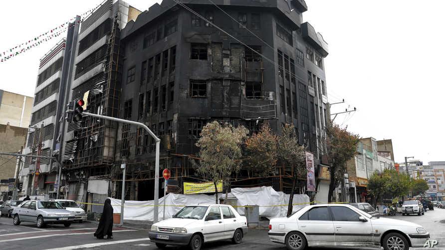 مبنى تعرض للحريق خلال الاحتجاجات التي شهدتها المدن الإيرانية
