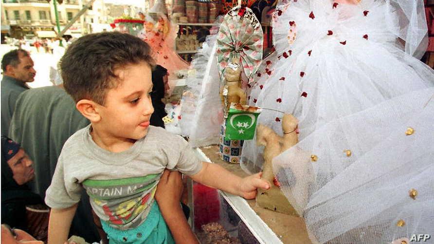 طفل يشتري الحلوى التقليدية