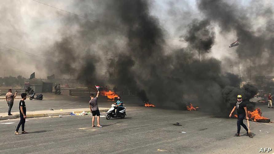 أغلق متظاهرون الشوارع في بغداد بتاريخ 2 أكتوبر 2019 في اليوم الثاني للمظاهرات في العاصمة العراقية