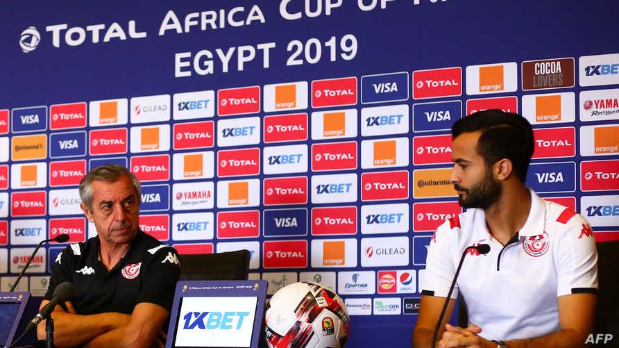 اللاعب التونسي طه ياسين الخنيسي إلى جانب المدرب ألان جيراس