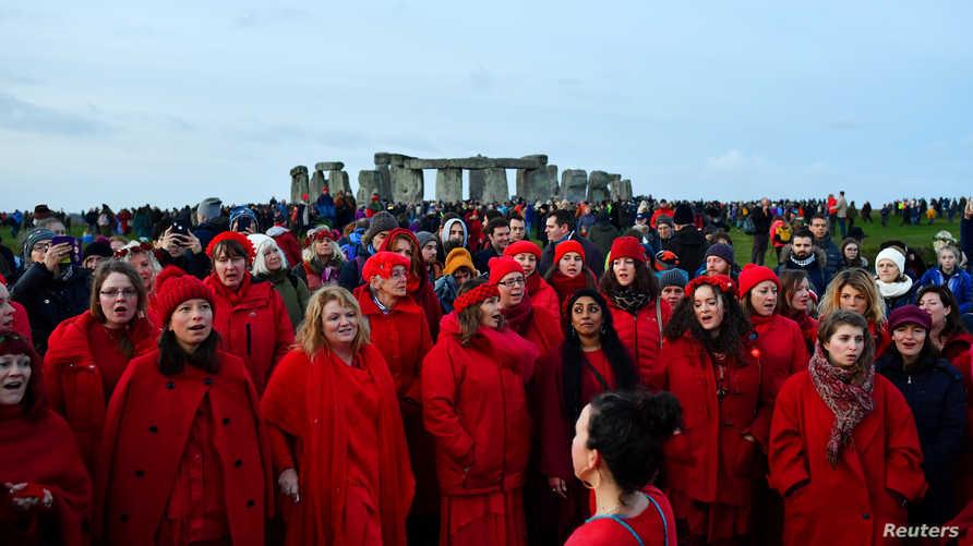 الألاف يحضرون لموقع النصب التذكاري لمشاهدة الانقلاب الشمسي