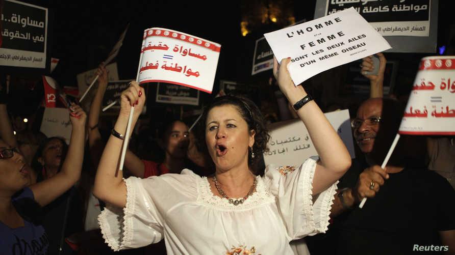 سيدة تونسية ترفع شعارات مطالبة بالمساواة (أرشيف)