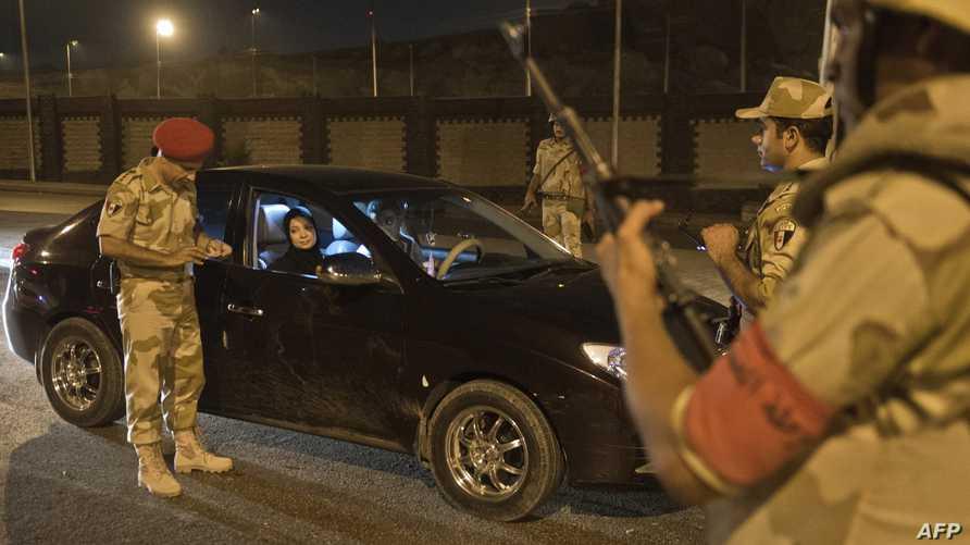 تفتيش السيارات قبل تطبيق حظر التجول في القاهرة