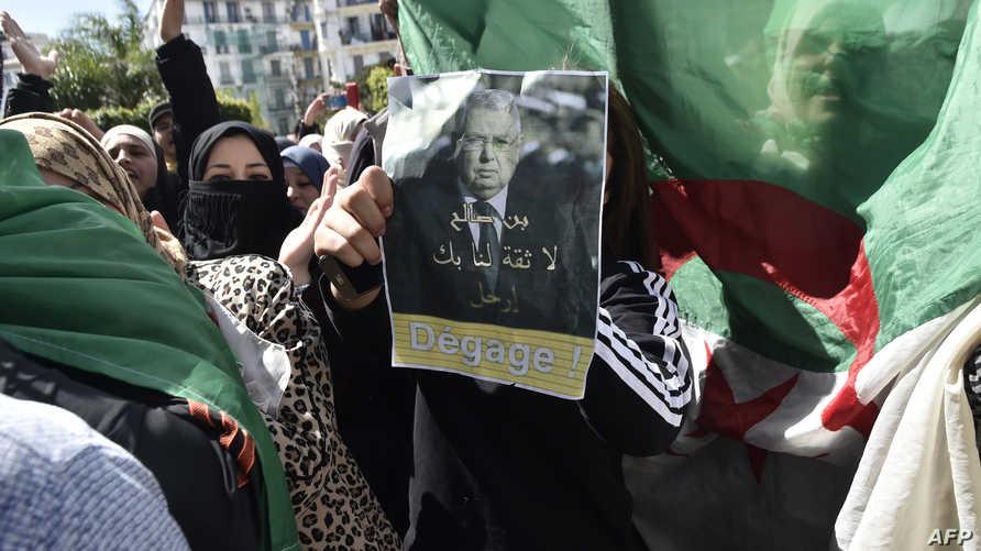 متظاهرون يرفعون يافطة ترفض بن صالح