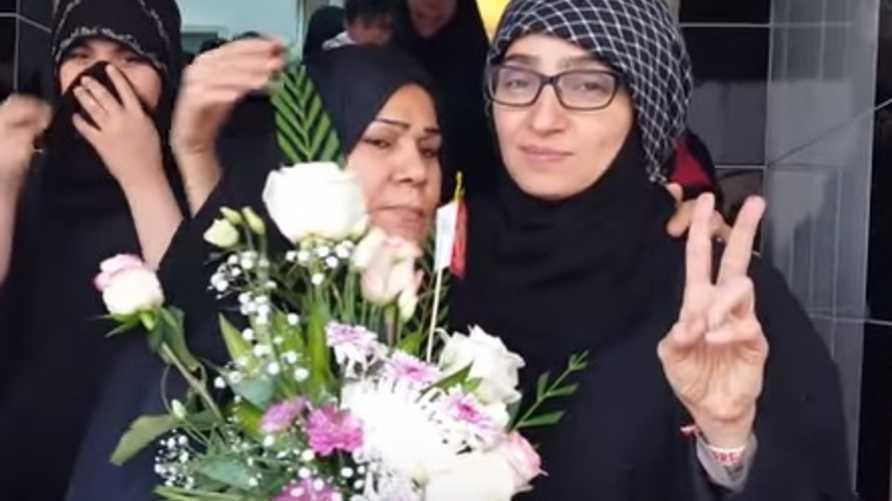 ريحانة الموسوي بعد خروجها من السجن(يمين الصورة)