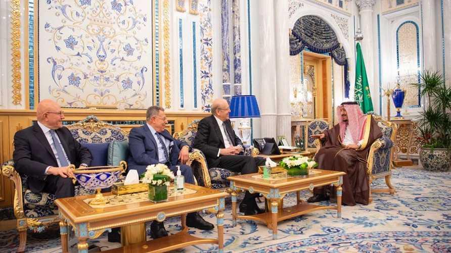 العاهل السعودي يستقبل رؤساء وزراء الجمهورية اللبنانية الأسبقين.