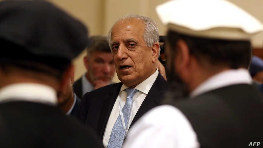 زلماي خليل زاد خلال مشاركته في المحادثات بين الأطراف الأفغانية