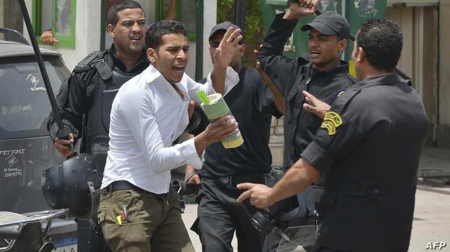 الأمن المصري يعتقل أحد مؤيدي الإخوان المسلمين خلال اشتباكات في القاهرة. أرشيف