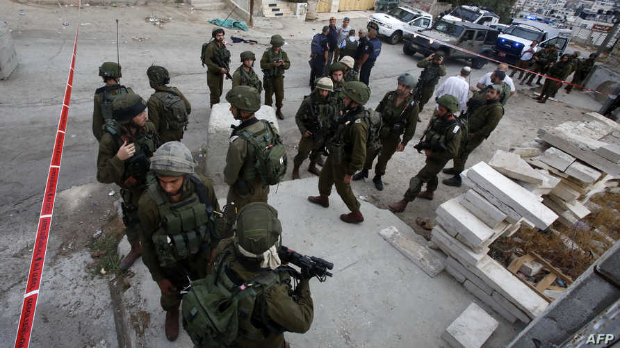جنود إسرائيليون في موقع عملية طعن في الخليل في 17 سبتمر 2016_أرشيف
