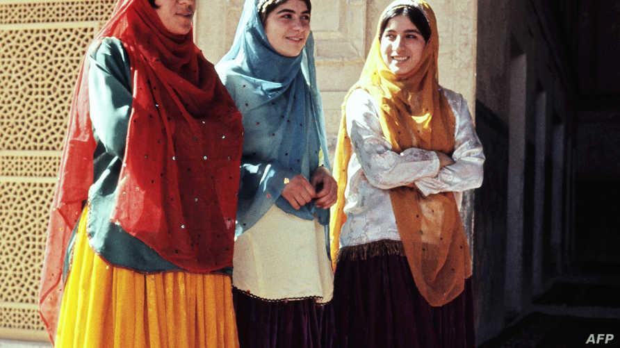نساء إيرانيات يرتدين الزي التقليدي في أصفهان عام 1971