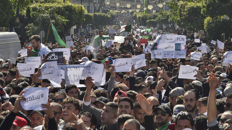 جزائريون خلال المظاهرة في العاصمة